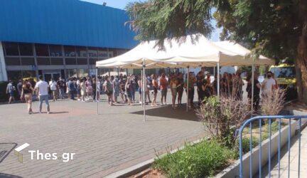 Θεσσαλονίκη: Μεγάλη ουρά και αναμονή μέχρι και 40 λεπτά κάτω από τον ήλιο για τα εμβόλια στη ΔΕΘ (ΦΩΤΟ)