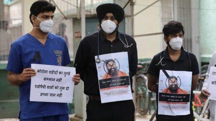 Ινδία: Στους δρόμους οι γιατροί για τον γκουρού που προτείνει γιόγκα κατά του κορονοϊού