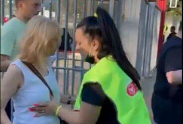 Ρουμανία: Σεκιούριτι κάνει έλεγχο στα στήθη γυναικών πριν μπουν στο γήπεδο (ΒΙΝΤΕΟ)