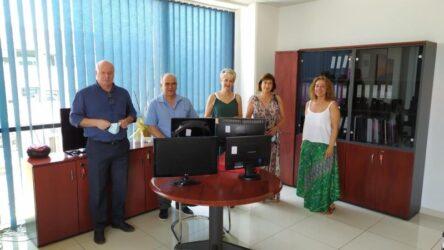ΟΣΕΘ: Δώρισε υπολογιστές σε τρία σχολεία της Θεσσαλονίκης