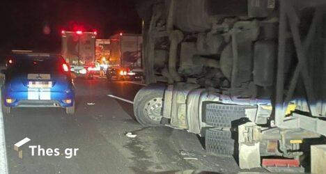 Ανετράπη νταλίκα στην Εγνατία Οδό έξω από την Θεσσαλονίκη – Μεγάλη ουρά οχημάτων (ΦΩΤΟ)