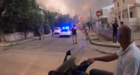Αγανακτισμένος κάτοικος στην Βαρυμπόμπη: «Ενα πυροσβεστικό δεν υπάρχει, μόνο περιπολικά» (ΒΙΝΤΕΟ)