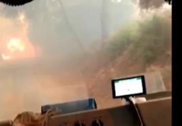 Συγκλονιστική στιγμή: Πυροσβεστικό όχημα περνάει μέσα από τη φωτιά (ΒΙΝΤΕΟ)