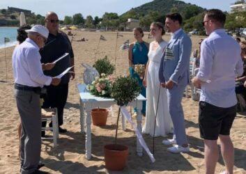 Ζευγάρι Γερμανών παντρεύτηκε δίπλα στη θάλασσα στην Καβάλα (ΦΩΤΟ)