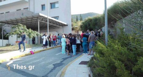 Χαλκιδική: Διαμαρτυρία υγειονομικών έξω από το νοσοκομείο Πολυγύρου για τις αναστολές