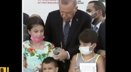 Ο Ερντογάν χτύπησε στο κεφάλι παιδάκι που έκοψε την κορδέλα (ΒΙΝΤΕΟ)