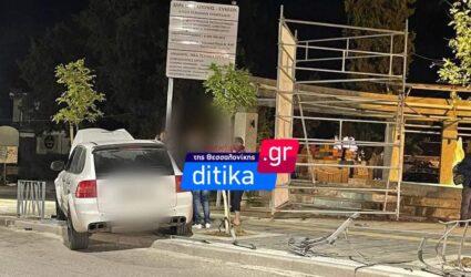 Θεσσαλονίκη: Πολυτελές όχημα έπεσε πάνω σε κάγκελα (ΦΩΤΟ)