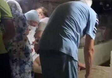 Κύπρος: Χαμός με το βίντεο που δείχνει τουρίστρια… σφηνωμένη στη σαρκοφάγο του Αγίου Λαζάρου