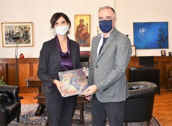 Την Ιταλίδα Πρέσβη στην Ελλάδα υποδέχθηκε ο Σταύρος Καλαφάτης