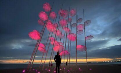 """Ροζ φωτίστηκαν ταυτόχρονα οι """"Ομπρέλες"""" του Γιώργου Ζογγολόπουλου στη Θεσσαλονίκη και το Ψυχικό"""