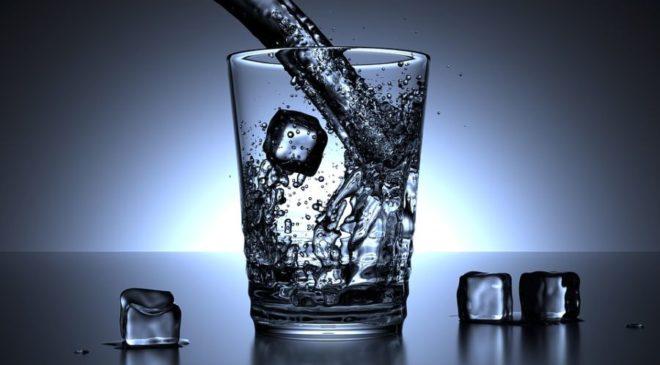 Καύσωνας: Πως να βεβαιωθείς ότι πίνεις αρκετό νερό
