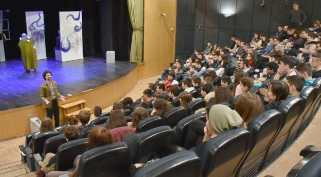 """2.620 μαθητές 19 Γυμνασίων είδαν την παράσταση """"Ηλίθιοι"""""""